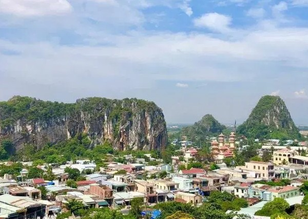It is a group of five marble and limestone mountains, named after the five elements of the ancient oriental philosophy: metal, wood, water, fire and earth.